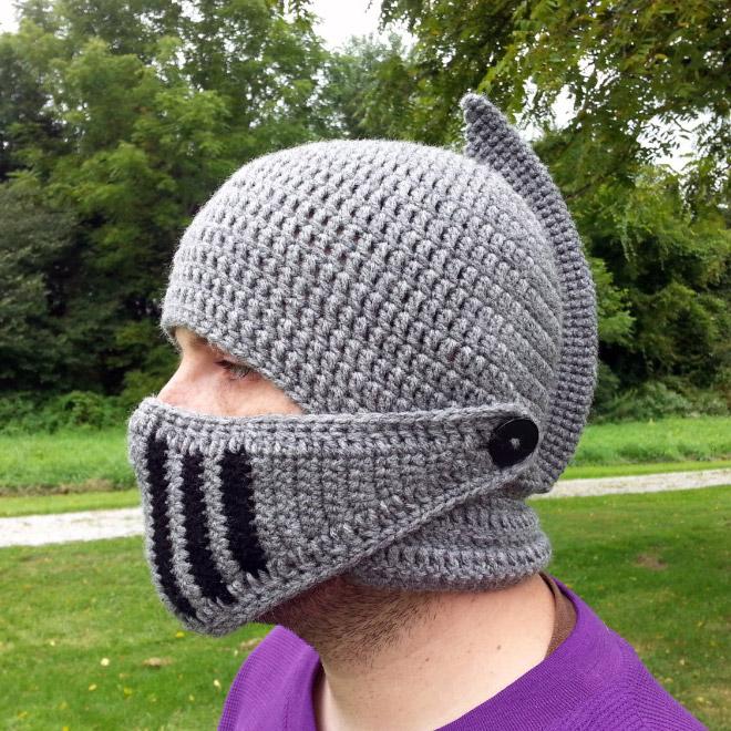 парень в шапке-шлеме