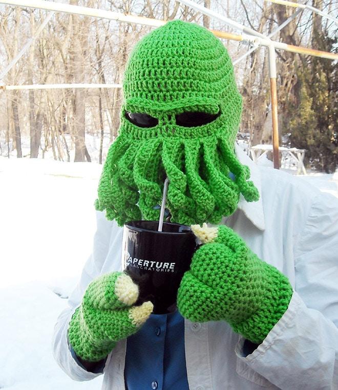 зеленая вязаная шапка и перчатки