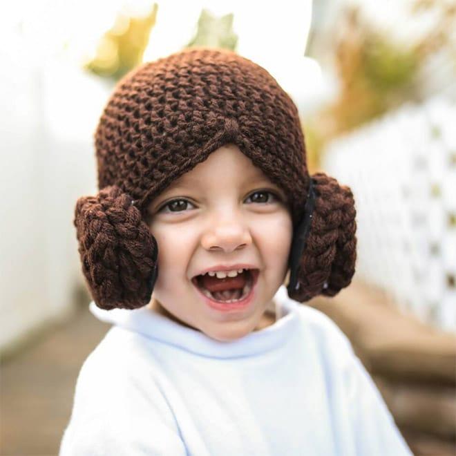 ребенок в коричневой вязаной шапке