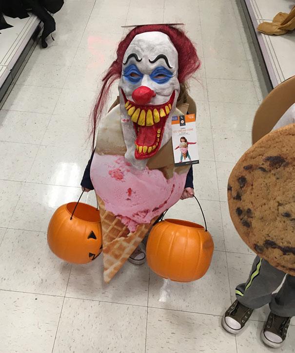 ребенок в костюме для Хэллоуина