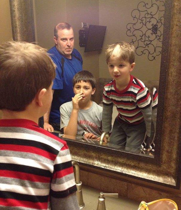 дети перед зеркалом