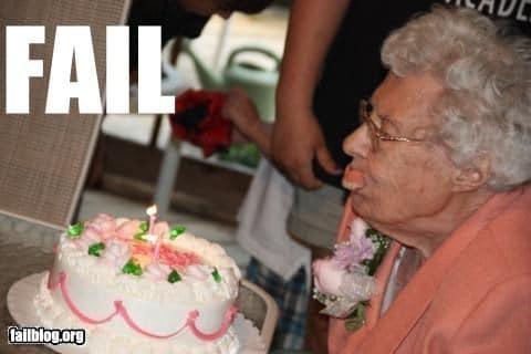 пожилая женщина задувает свечу на торте