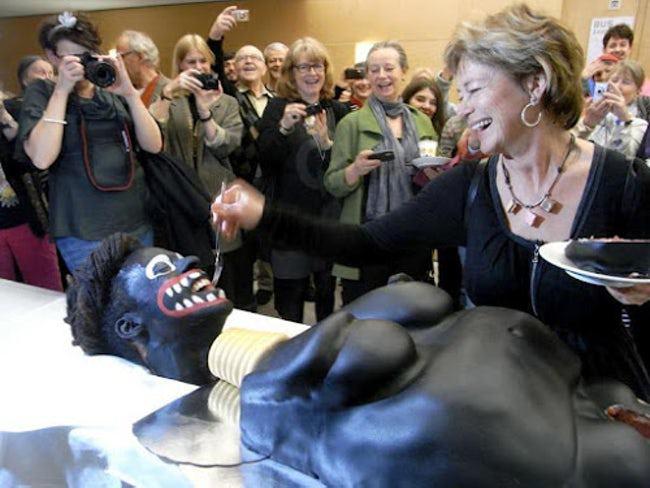женщина режет торт