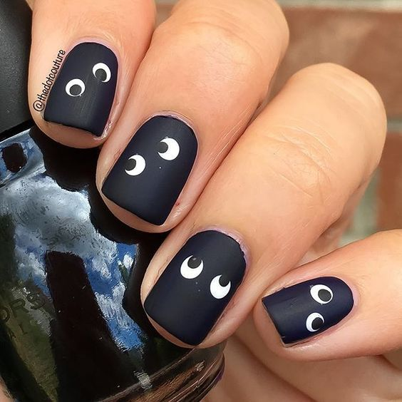 черные ногти с глазами