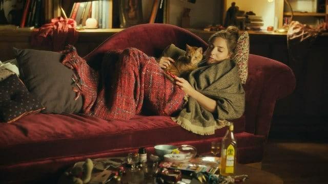 девушка на диване лежит с котом