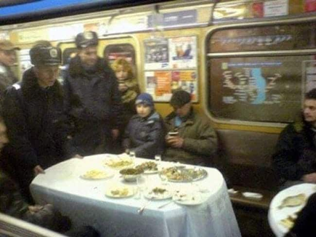 стол с едой в вагоне метро