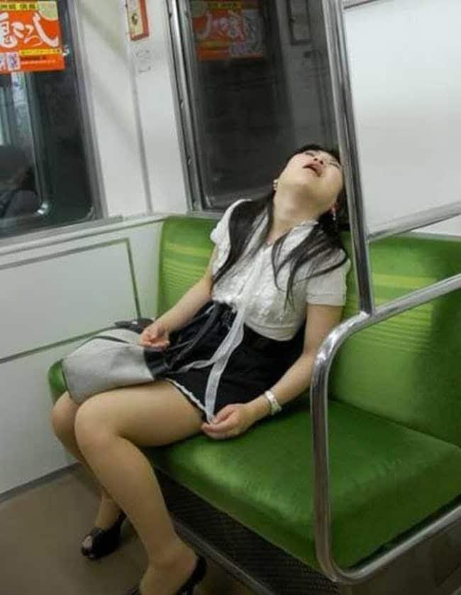 японка спит в метро