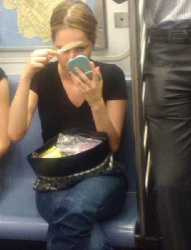 девушка с зеркальцем в метро