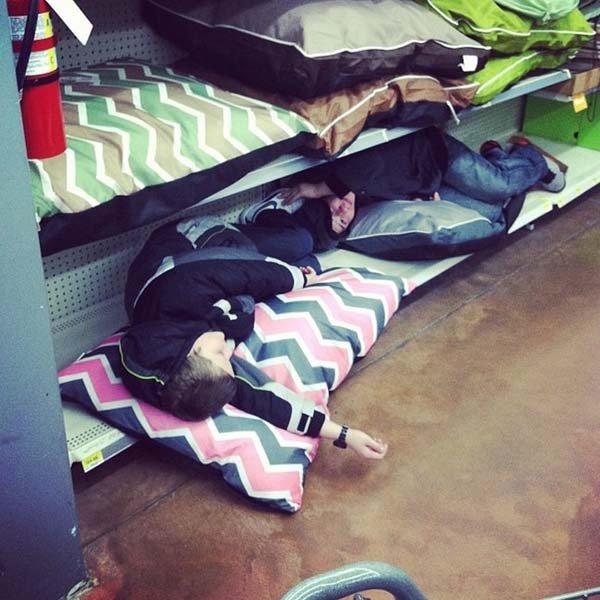 дети спят в магазине
