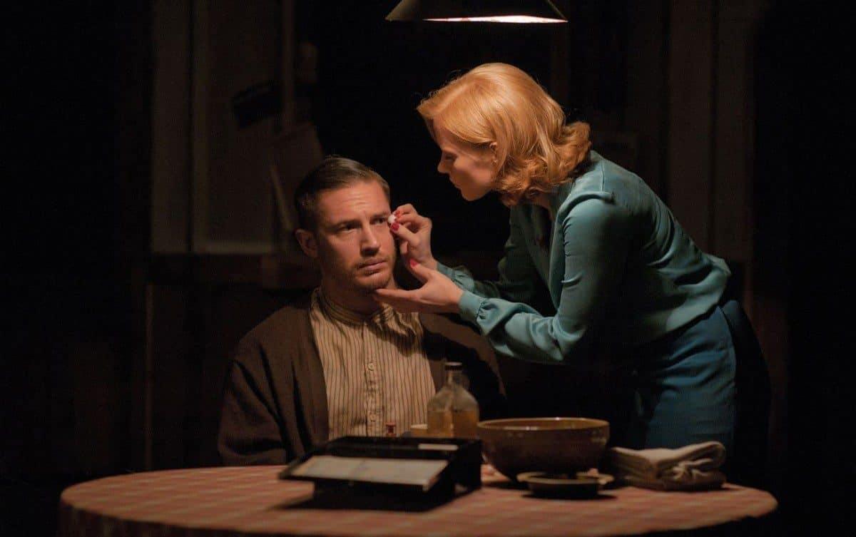 женщина смазывает рану мужчины на лице