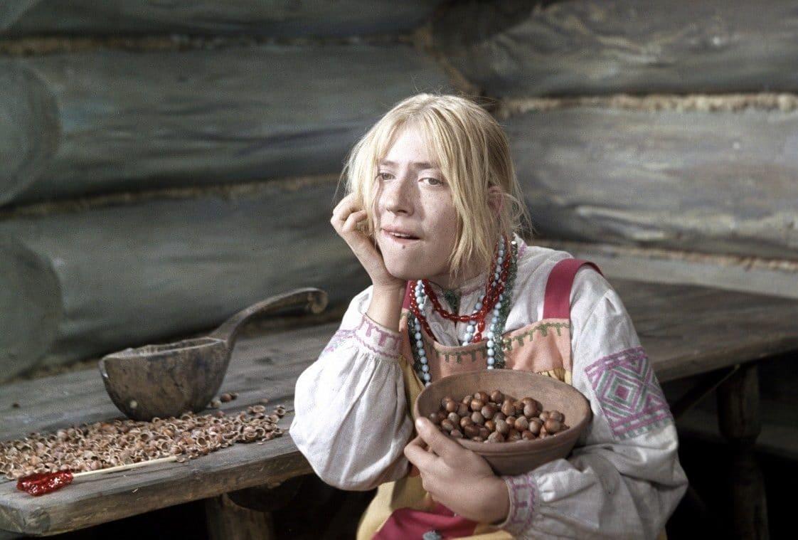 девушка щелкает орехи