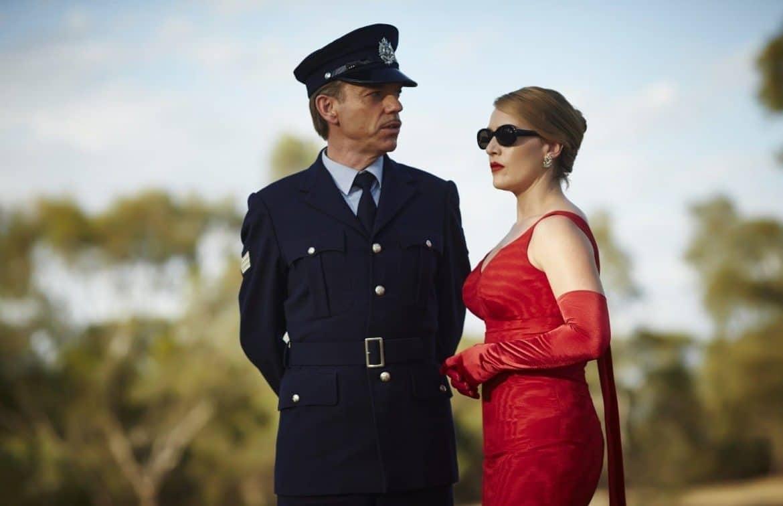 полицейский и женщина в красном платье