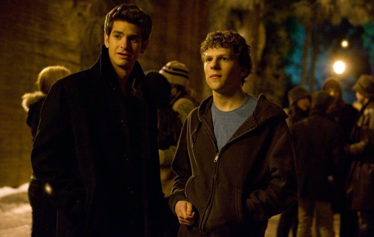 два молодых парня вечером с компанией