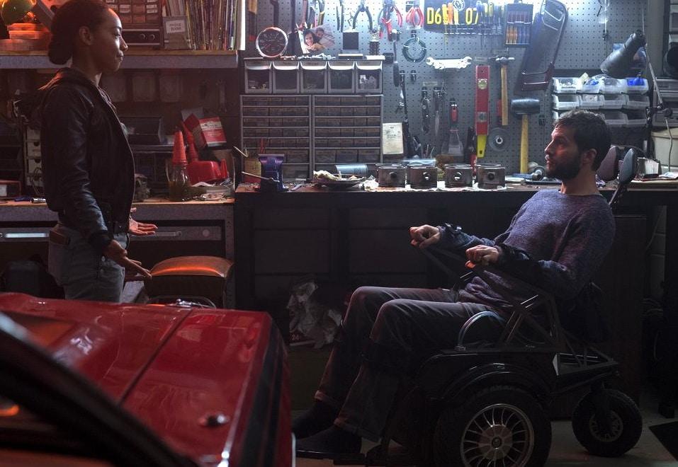 Мужчина на инвалидной коляске в гараже с женщиной