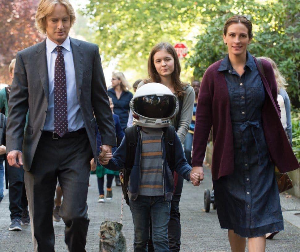 папа сын дочка и мама идут по дороге с собакой