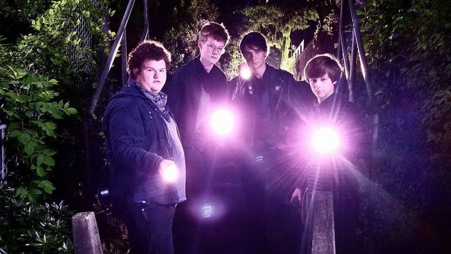 подростки-мальчики ночью с фонариками светят
