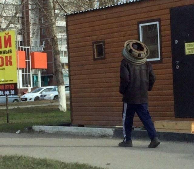 мужчина с покрышкой на голове