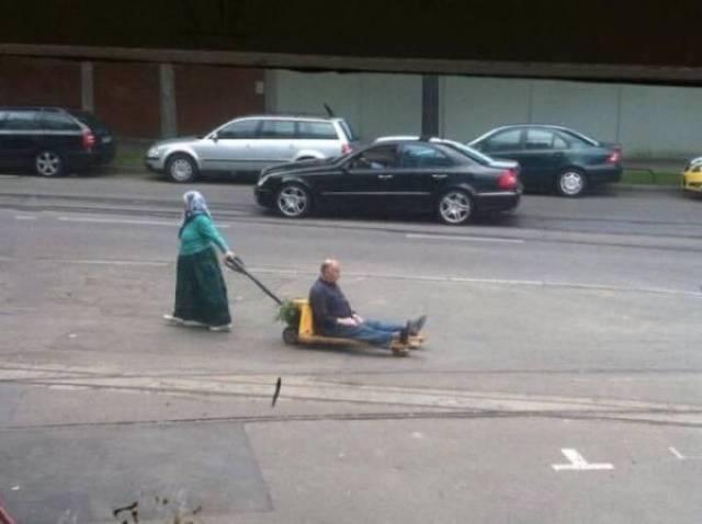 баба везет деда на тележке