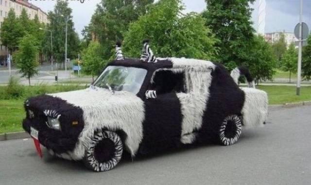 машина в черно-белом мехе