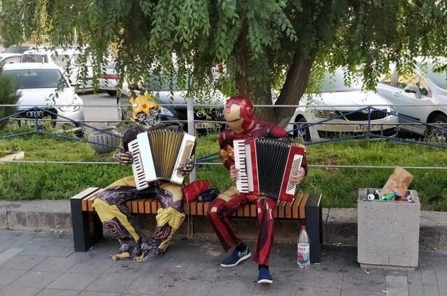 бамблби и железный человек играют на гармони
