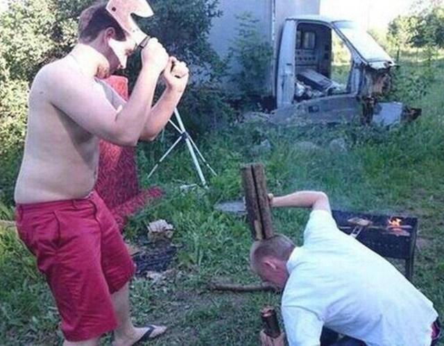 мужчины рубят дрова