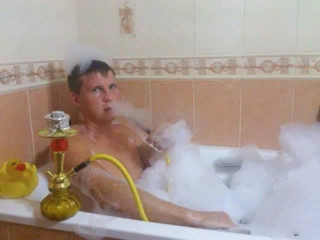 мужчина принимает ванну с пеной и кальяном