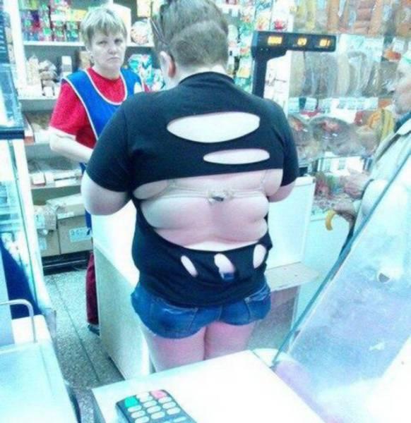 женщина в рваной футболке