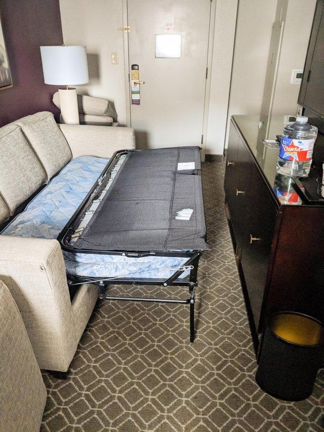 раскладной диван в номере гостиницы