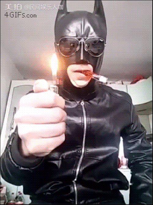 мужчина в латексном костюме с зажигалкой