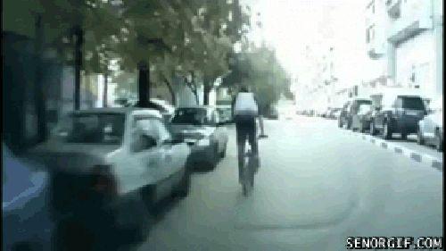 велосипедист запрыгивает на машину