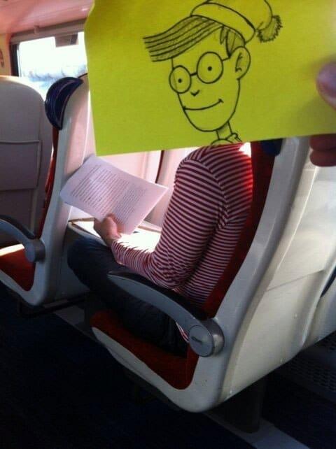человек в поезде с нарисованной головой