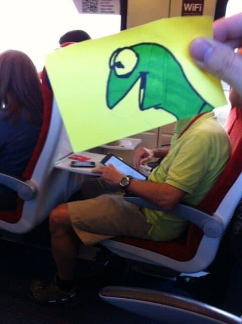 мужчина в поезде с пририсованной головой