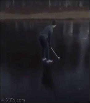 парень играет в гольф на льду