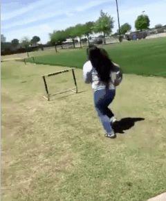 девушка перепрыгивает через препятствие