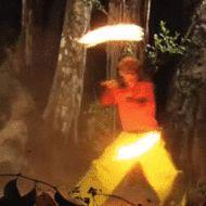 парень играет с огнем