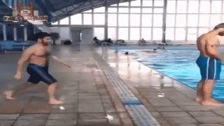 парень падает в бассейн