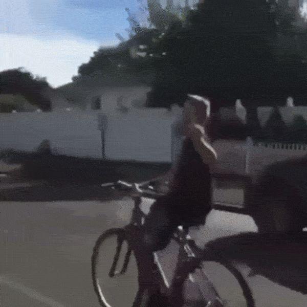 мальчик падает с велосипеда