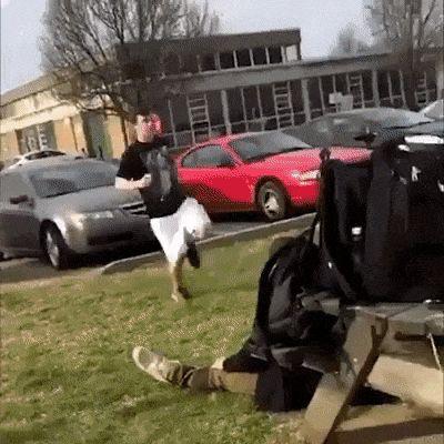 парень прыгает через стол