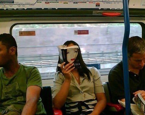 девушка с книгой в метро