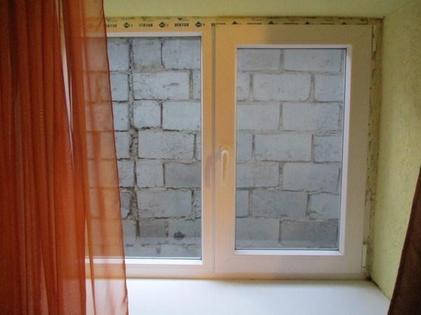 кирпичная стена за окном