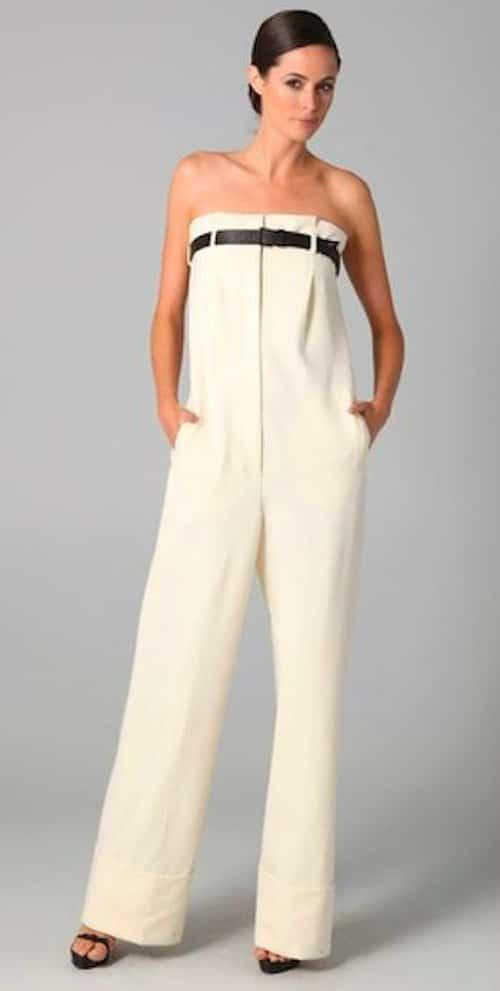 девушка в белых брюках до груди