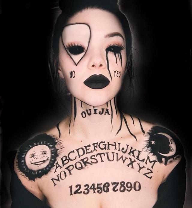 девушка с черными губами и надписями на теле