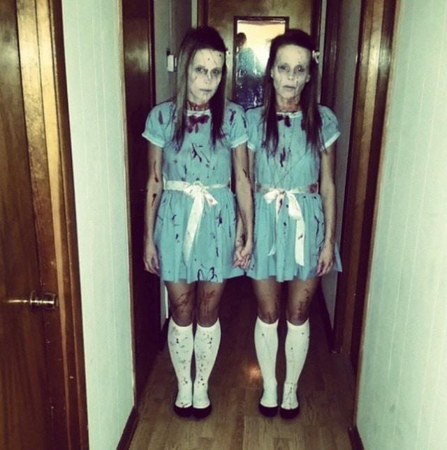 девочки близнецы в голубых платьях