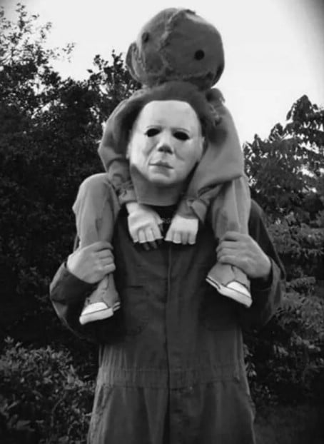 мужчина и ребенок в костюмах на Хэллоуин