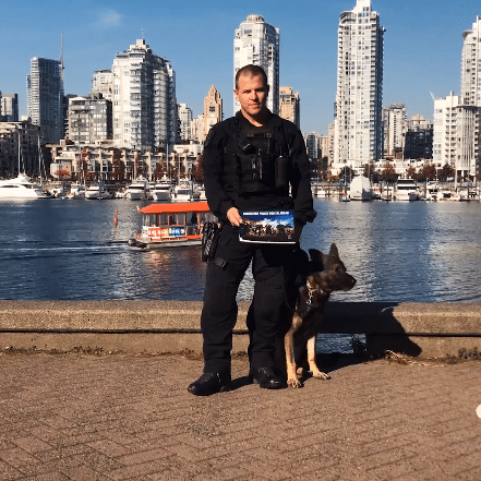 полицейский и овчарка с календарем на набережной