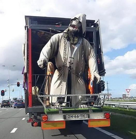 кукла обезьяны в грузовике