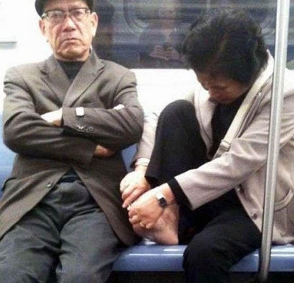 женщина стрижет ногти в метро