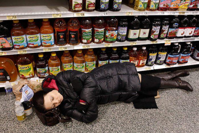 женщина уснула на полу магазина