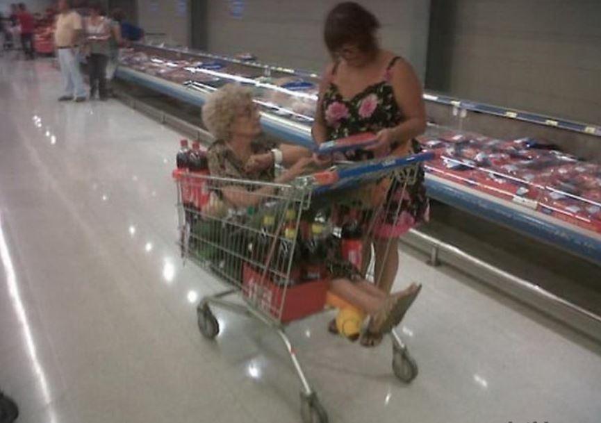 бабушка в тележке