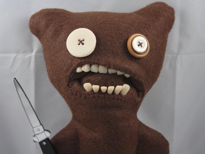 плюшевый медведь с ножом